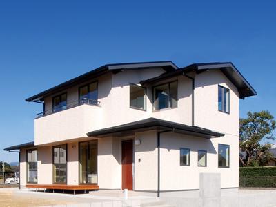 深い軒先と白と黒の外観が際立つ和テイストのパッシブデザイン住宅