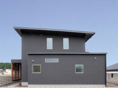 コの字型の家・吹部けの階段と中庭から光と風を取り入れる注文住宅。