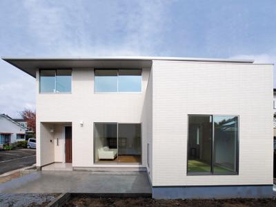 重厚感を持ちながらも、白を基調としたシンプルモダンな寄棟の二世帯住宅。