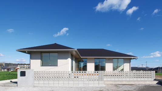 フルフラットで世代を問わず暮らしやすい平屋建寄棟の家