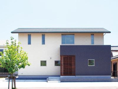 シンプルな切妻屋根で北側ファザードをデザインする注文住宅