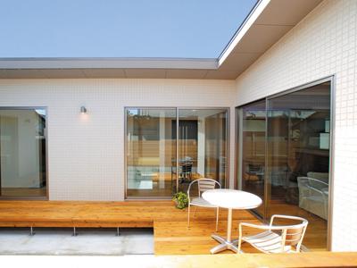 光と風をとりこみ、外部の視線を遮る中庭のある平屋