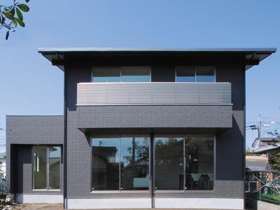 黒い外観が際立つ、片流れの屋根と深い軒で構成される長期優良の注文住宅
