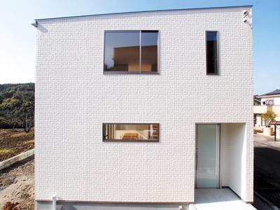 シンプルでありながらモダンな際立つ外観を持つキューブ型の注文住宅。