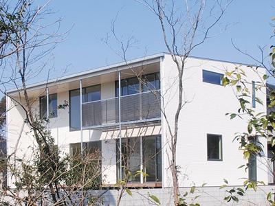 シンプルな白いキューブの外観デザインで、豊かに住む、美しく暮らす注文住宅