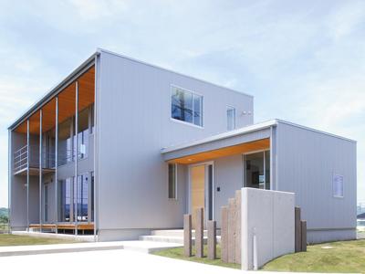 金属外壁と杉板軒天の組合せでシンプルモダンな印象の注文住宅
