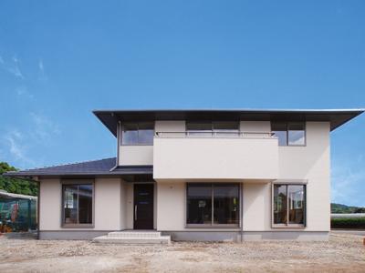 たっぷりの光を取り込む寄棟屋根のシンプルモダンな住宅